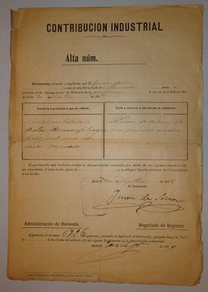 Alta de Actas en la Contribución Industrial, firmada en septiembre de 1909 por Juan de Azúa. Este frágil papel es el único documento de 1909 que se conserva actualmente en nuestra Academia. La dirección consignada en él era el domicilio particular del primer administrador, Miguel Serrano.