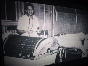 El joven Willem Kolff con una de sus máquinas dializadoras de tambor. Al finalizar la Segunda Guerra Mundial, Kolff donó los 5 «riñones artificiales» que había hecho a diversos hospitales de todo el mundo, incluyendo el Hospital Monte Sinaí de Nueva York. Este acto altruista contribuyó a la difusión de la hemodiálisis en la práctica clínica.
