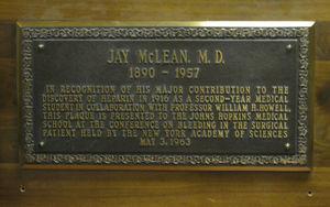 Placa de bronce en el Departamento de Farmacología de la Facultad de Medicina de la Universidad Johns Hopkins, en recuerdo al descubrimiento de la heparina por McLean.