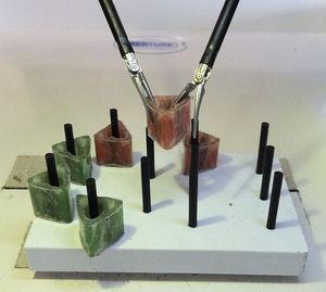 Ejemplo de una transferencia de objetos inanimados realizada en el curso Fundamentals of Laparoscopic Surgery (FLS).