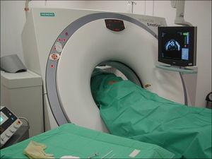 Fotografía de un paciente en decúbito prono en condiciones de máxima esterilidad para un procedimiento de DPDL guiado mediante TC.