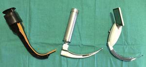 O laringoscópio óptico Airtraq® NT, o laringoscópio Macintosh e o novo videolaringoscópio McGrath® MAC.