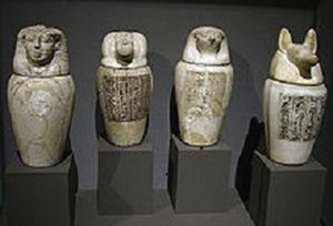 Los cuatro vasos canopes de la dinastía XIX, exhibidos en el Museo de Berlín.