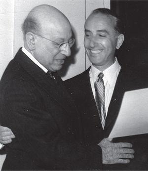 Carelli recibe su diploma de Miembro Fundador de la Sociedad Argentina de Radiología, de manos del entonces presidente Guido Gotta (1951).