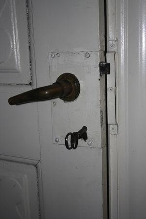 La cerradura antigua de la puerta de calle.