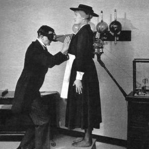 Primer examen radiológico (1896).