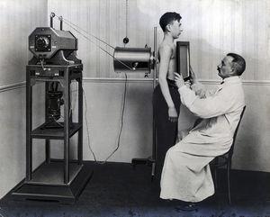 Radiólogo trabajando con una pantalla fluorescente.