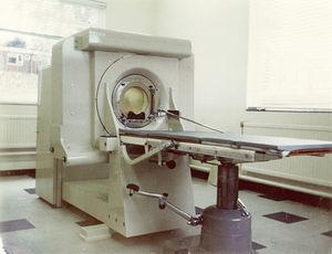 Primer escáner de rayos x (cortesía de A. Thomas, Reino Unido).