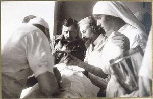 Madame Menier ayudando en una cirugía.