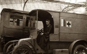 Marie Curie subida a una de sus ambulancias radiológicas.