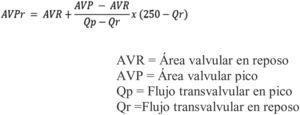 Muestra los componentes de la fórmula necesarios para el cálculo del área valvular proyectada, en donde básicamente se requiere la cuantificación de áreas y flujos en el reposo y con dosis pico de dobutamina ajustados a una constante de 250.