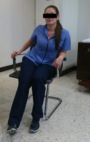Modificación de la postura de la paciente al sentarse por dolor.