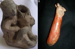 A: mujer de la cultura Tumaco-La Tolita sin cabeza por fractura de la cerámica, sentada en los muslos de otra que tiene su mano derecha en los genitales de la primera. B: objeto Capulí de forma fálica con la cabeza de un hombre en un extremo.