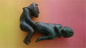 Mujer en posición genupectoral penetrada analmente.