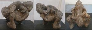 Escultura en hueso de 7.5cm de alto, 10.8cm de largo y 8.5cm de ancho de un par de amantes heterosexuales, prodigándose sendas caricias orales en sus genitales, en posición 69 en la que aparentemente la mujer está encima del hombre. Cultura Tairona.