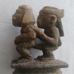 Escultura en una vértebra de una relación a tergo en donde el hombre penetra analmente a la mujer, mientras coloca sus manos, la izquierda en el hombro ipsolateral y la derecha en la cadera ipsolateral de la mujer. La escultura mide 10.5cm de alto, 9,5cm de largo y 5.2cm de ancho.