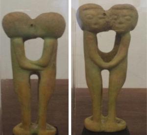 Dos figuras en hueso. Cultura Tairona.¿Relación lésbica? Colección Alonso Restrepo de León.