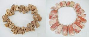 Empleo de diferentes especies de moluscos para la elaboración de ornamentos en diferentes culturas: pulsera mochica hecha de Prunum curtum (izquierda) y collar nazca de Spondylus princeps (derecha) (piezas del Museo Larco ML200008-ML200006).
