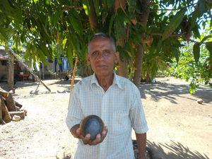 """""""Don Cosme"""" mostrando una de sus pelotas. Fotografía de la autora."""