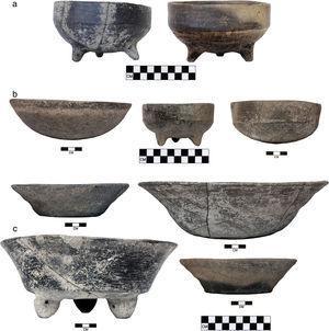Secuencia de vasijas de pasta gris de la Fortaleza de Mitla desde el Clásico tardío (c.) hasta el Posclásico temprano (b.) hasta el Posclásico medio/tardío (a.). Las vasijas del Posclásico temprano muestran la transición en la forma y el acabado, de las vasijas del tipo G35 del Clásico tardío a las del tipo G3M del Posclásico medio/tardío.