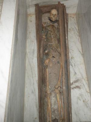 Esqueleto atribuido a Juan Bautista de Anza, tal y como se exhibe actualmente en la Iglesia de Nuestra Señora de la Asunción de Arizpe, Sonora (foto de P. Hernández).
