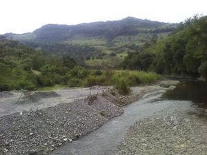Imagen del río Ajajalpan tomada en enero de 2013. En esta época del año el caudal no es tan potente como en los meses de lluvia, pero sí es abundante. En la foto se pueden observar bancos naturales de arenilla, que es una fuente de ingresos para algunos pobladores de las comunidades de los alrededores. (Archivo fotográfico personal Jacqueline Aparicio Álvarez.)