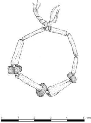 Brazalete con cordel de algodón y cuentas de hueso de ave y piedra, Unidad 5 (dibujo de D. Domenici y C. Pongetti).