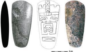 Hacha de serpentina incisa con una deidad olmeca (dibujo realizado por Áyax Moreno).