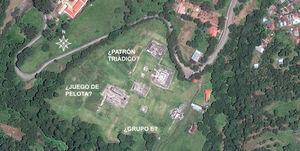 Vista satelital del área central de Zaculeu, Guatemala, mostrando un juego de pelota, un posible patrón triádico y un posible Grupo E.