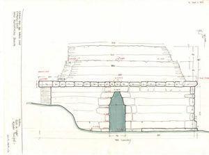 Croquis del alzado principal del temascal de Nakum (edificio 26).Dibujo de Nuria Matarredona.