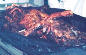 Momificación, fenómeno o proceso físico de conservación del cadáver por ausencia de putrefacción bacteriana. Momia en el cementerio de la ciudad de Tenabo, Campeche. Fotografía de Lizbeth Rodríguez (2002).