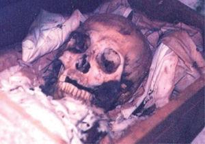 Fase de reducción cadavérica. Restos óseos en el cementerio de Tenabo, Campeche. Fotografía de Lizbeth Rodríguez (2002).