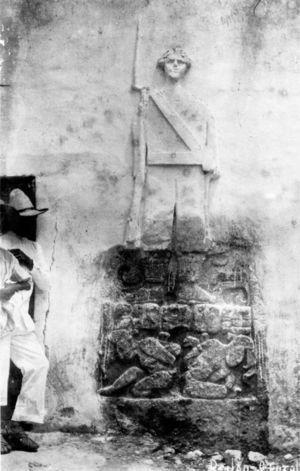 Estela 1 de Dzilam González cuando estaba empotrada a un muro del palacio municipal y se plasmó encima la figura de un soldado con bayoneta. Foto: autor anónimo. Novelo, 2004: 121.