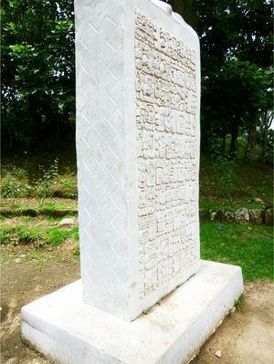 La estela de Iximche' con vista del diseño de estera tallado en los lados y en la base