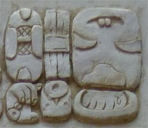"CHAK-che-ke-la WINIK/WINAL-qa Kaqchikel winäq (""pueblo kaqchikel"") en el bloque glífico D1 en la estela de Iximche'"