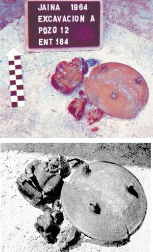 Fotografías de la excavación del entierro 184, donde aparecen: a) el banqueo y las tres figurillas, la vasija capital y los cuencos de pasta fina; b) detalle (Aveleyra y Ekholm, 1966).