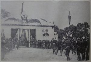 Porfirio Díaz y miembros del ejército caminando hacia la «Tienda de Honor» en el campo de Azures, El Mundo Ilustrado, 10-04-1904.