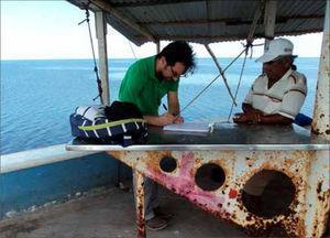Fotografía de José- Manuel Crespo-Guerrero durante una entrevista a un pescador en San Francisco de Campeche. Autor: José-Luis Pérez-González, archivo de campo, marzo de 2016.
