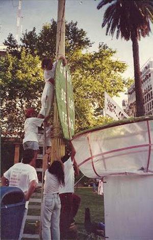 """El inodoro: """"Caguemos a la dictadura"""" (24 de marzo de 1996). Fuente: Archivo Potencia Tortillera."""