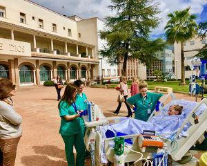 Paseo de una paciente por los jardines exteriores del hospital (con autorización).