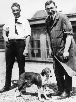 Frederich G. Banting (derecha) y Charles H. Best (izquierda) en la azotea de la Universidad de Toronto en 1922.