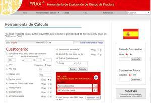 Ejemplo de cálculo por Fracture Risk Assessment Tool (FRAX®): para España (http://www.shef.ac.uk/FRAX®/tool.aspx?country=4). El algoritmo de FRAX® calcula la probabilidad de fractura mayor osteoporótica de modo país específico. Además de los factores obvios mostrados, se incluyen en la valoración la administración previa o actual de corticosteroides durante más de 3 meses (5mg o más de prednisolona o equivalente), OP concomitante con artritis reumatoide, OP secundaria a trastornos estrechamente ligados a ella (diabetes tipo 1, osteogénesis imperfecta en adultos, hipertiroidismo crónico no tratado, hipogonadismo o menopausia prematura, malnutrición crónica, malabsorción y enfermedad crónica del hígado), ingestión de más de tres unidades de alcohol al día y finalmente, de modo opcional, la DMO del cuello del fémur. Al introducir los valores de DMO en el cálculo pueden también introducirse posteriormente valores de Trabecular Bone Score si se dispone de ellos. Entre las carencias de FRAX® destaca que incluye variables dicotómicas (sí/no) y que no se tienen en cuenta, por ejemplo, el número de fracturas previas, la dosis de corticoides, no diferencia fractura vertebral de otras fracturas, no valora caídas padecidas, es incompleta la valoración de OP secundarias (donde no se tiene en cuenta la enfermedad renal o el filtrado glomerular, entre otras causas) y hay dudas sobre la representatividad de la cohorte española46,47,115. FRAX® puede tener especial importancia en centros que no disponen de la posibilidad de medir la DMO mediante DEXA para plantear una potencial derivación de pacientes para su realización.