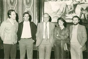 Sesión fundacional de la Sociedad Catalana de Medicina Familiar y Comunitaria 1983. De izquierda a derecha Joan Gené, Karlos Naberan, Julian Tudor Hart, Dolors Forés y Gonzal Foz (imagen cedida por la Sociedad Catalana de Medicina Familiar y Comunitaria).