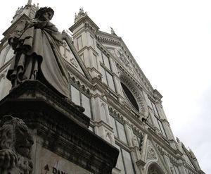Iglesia de la Santa Croce de Florencia flanqueada por la estatua del poeta Dante Alighieri.