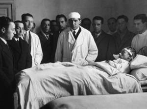 Pascual Iniesta Quintero (1908-1999), primero a la derecha de Gregorio Marañón (centro, con bata) pasando visita en el Hospital General hacia 1929.