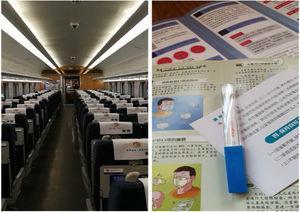 Tren de cercanías con pocos pasajeros y folletos informativos sobre el COVID-19.