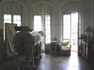 Habitación del Hogar Ferrer en Buenos Aires. En primer término puede verse el pulmón de acero.