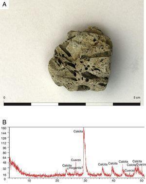 A) Fragmento de escoria de vidrio (MO-01). B) Difractograma de rayos X sobre muestra total mostrando la composición mineralógica de la muestra MO-01.