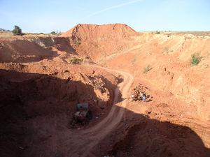 """Outcrop of red clays from """"Barrage quarry"""" and macroscopic appearance of Safi sifted clay."""