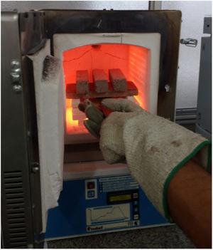 Extracción de probetas durante el ensayo de choque térmico.